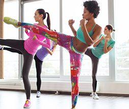 women doing kickboxing
